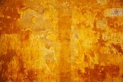 Texturen av betongväggarna målas i apelsin-guling Arkivbilder