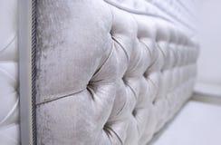 Texturen av chenilletyget för stoppning vadderad huvudgavel vadderade, closeupen, bakgrund royaltyfria foton