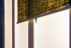 Texturen av de torra vasserna Gula vasser Ett staket som göras av vasser Taket täckas med vasser ris sticks Bakgrund Träd royaltyfri bild