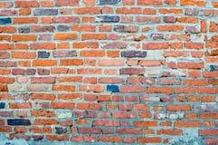 Texturen av den gamla forntida medeltida antika robusa stenen som skalar den skrapade väggen av rektangulär röd orange ljus tegel arkivbild