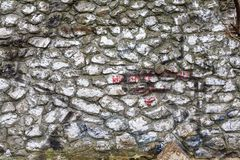 Texturen av den målade grova gamla stenväggen Arkivfoton