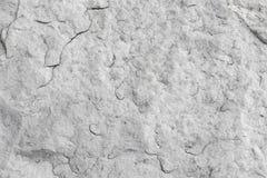 Texturen av den naturliga vita granitstenen med sprickor Bakgrund av naturligt stenar grå färger Textur med boten arkivbild
