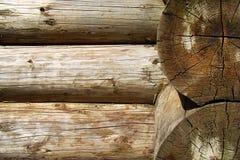 Texturen av den wood strålen i slitsen med sprickor Royaltyfri Bild