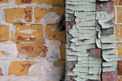 Texturen av det gamla spruckna trät som målas i blått på en bakgrund av en gammal tegelstenvägg Arkivbild