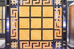 Texturen av en härlig sniden trä och exponeringsglas målad mång--färgad yttersida med modeller av geometriska former royaltyfri foto
