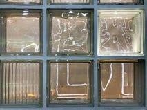 Texturen av en härligt exponeringsglas sniden glödande genomskinlig fyrkantfyrkant av stora dekorativa tegelplattor med olika mod arkivfoto