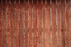 Texturen av ett gammalt lantligt trästaket som göras av den bearbetade lägenheten, stiger ombord Den detaljerade bilden av ett ga Arkivbild