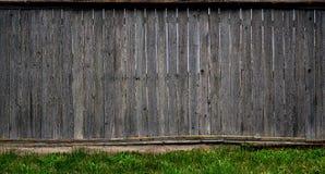 Texturen av ett gammalt lantligt trästaket som göras av den bearbetade lägenheten, stiger ombord Den detaljerade bilden av ett ga Arkivfoto
