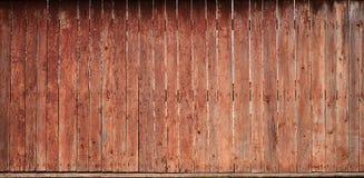 Texturen av ett gammalt lantligt trästaket som göras av den bearbetade lägenheten, stiger ombord Den detaljerade bilden av ett ga Royaltyfri Fotografi