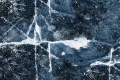 Texturen av isen på floden, sjö: stora vita sprickor i den blåa isen knäcka is arkivbilder