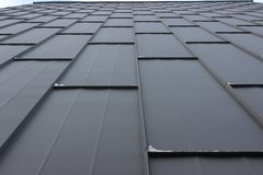 Texturen av järnark, utsikten av himlen den moderna dekoren av fasaden, bakgrund arkivbild