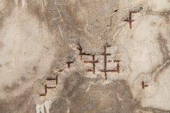 Texturen av sprickan på betongväggmurbrukreparationen Arkivfoton