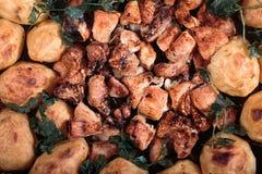 Texturen av stekte potatisar med höna och champinjoner Royaltyfri Foto