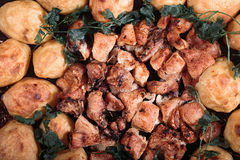 Texturen av stekte potatisar med höna och champinjoner Arkivfoto