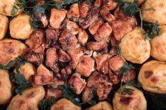 Texturen av stekte potatisar med höna och champinjoner Fotografering för Bildbyråer