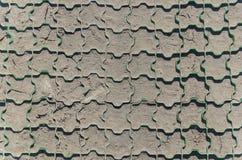 Texturen av torkad jord efter en mycket kall vinter i parkeringsplatsen arkivfoto