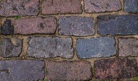 Texturen av trottoaren av gamla kullersten arkivbilder