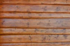 Texturen av väggen av huset göras av runda journaler, dolt med skyddande befruktning Royaltyfri Foto
