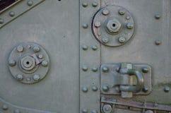 Texturen av väggen av behållaren som göras av metall och förstärks med en mängd av bultar och nitar Bilder av beläggningen av Royaltyfri Foto