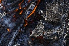 Texturen av vedträbränningen i branden arkivfoto