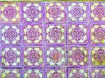 Texturer purpurfärgad handgjorda tegelplattor, smutsigt som lämnas kvar, portugishantverk och konster arkivfoton