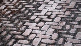 Texturera av den skadada gammala kullerstenvägen Fotografering för Bildbyråer