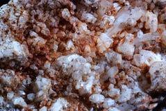 Texturera av lilla mineraliska kristaller Royaltyfria Foton