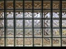 Texturera bakgrundsväggen som göras av många den glass kuben arkivfoton