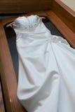 Texturera bröllopsklänningen, den vita torkduken som gifta sig bakgrund tyg Royaltyfria Foton