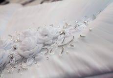 Texturera bröllopsklänningen, den vita torkduken som gifta sig bakgrund tyg Arkivbild