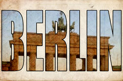 Texturera den Brandenburg för grungetappningBerlin 3d text porten Arkivfoto