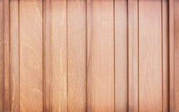 Texturera den mörka bruna träväggplankan i vertikala modeller för bakgrund arkivfoton