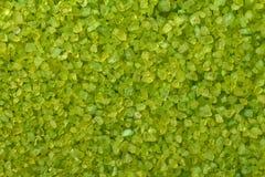 Texturera det gröna aromatiska havet för att salta för bad med extrakter av läka örter royaltyfria bilder