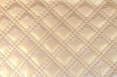Texturera för elfenbenfärg för konstgjort läder diamanten med den sydde häftklammeren arkivfoton
