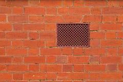 Texturera fotoet av väggen för röd tegelsten med luftlufthålet, ventilation Fotografering för Bildbyråer