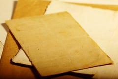 Texturera gammal tappning gulnat papper, handstillegitimationshandlingar Royaltyfri Bild