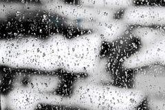 Texturera regndroppar på fönsterexponeringsglas för regn, svartvita färger, fotoet, ovanlig bakgrund royaltyfria bilder