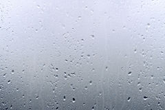 Texturera regndroppar på fönsterexponeringsglas för regn, svartvita färger, fotoet, ovanlig bakgrund arkivfoton