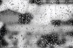 Texturera regndroppar på fönsterexponeringsglas för regn, svartvita färger, fotoet, ovanlig bakgrund fotografering för bildbyråer