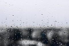 Texturera regndroppar på fönsterexponeringsglas för regn, svartvita färger, fotoet, ovanlig bakgrund royaltyfri fotografi