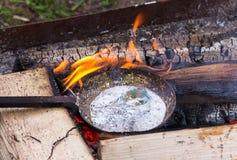 Texturera tenn- aluminium för smält vätskesilvermetall i rökt gammalt Royaltyfri Fotografi
