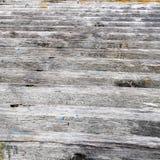 Texturerad bakgrund av en trästrålramp Arkivbild