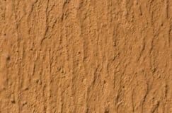 Texturerad brun vägg med modellen Arkivbilder