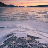 Texturerad förgrund av iskalla Abraham Lake Arkivbilder