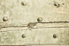 Texturerad retro wood yttersida med metalliska nitar Arkivfoto