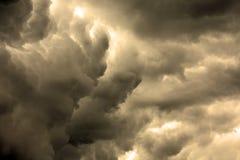 Texturerad skyscape: stormig molnscape för natt med lutning Arkivfoton