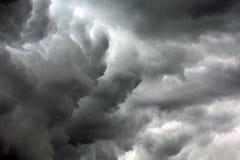 Texturerad skyscape: stormig molnscape för natt med lutning Fotografering för Bildbyråer