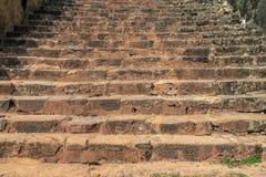 Texturerad trappa i gammal stad i Sri Lanka Röd jord på trappan arkivfoto