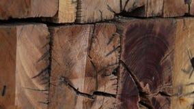 Texturerad vägg som göras av träkuber Modernt ekologiskt möblemang stock video