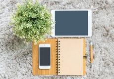 Texturerade den bruna anmärkningsboken för closeupen, den bruna pennan, datoranteckningsboken, minnestavlan, telefonen och den ko Arkivfoton